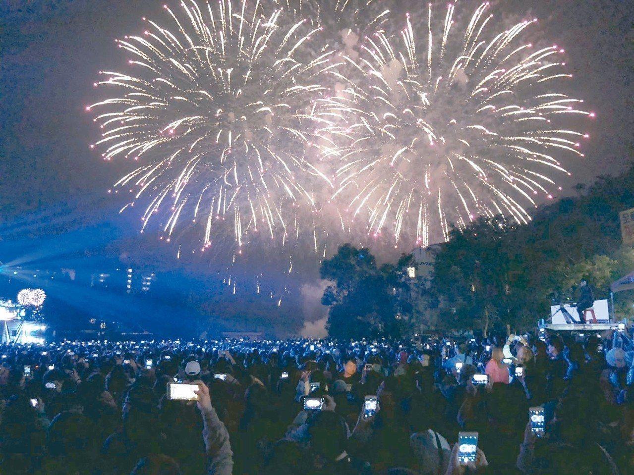 日月潭花火音樂會昨晚吸引超過兩萬名樂迷到場,精采的歌舞劇表演和煙火秀,讓觀眾驚呼...