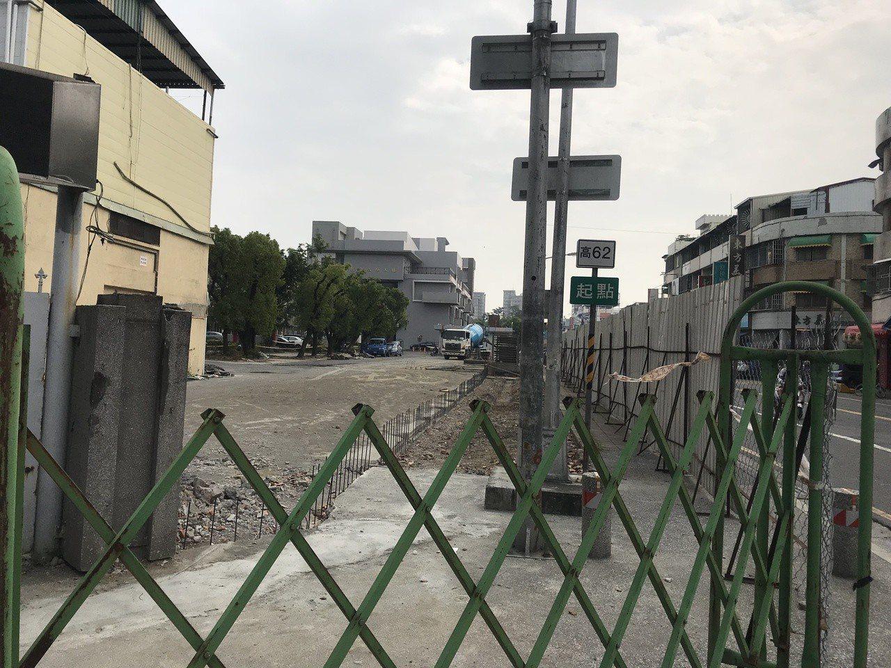國立鳳山高中校園圍牆正在整建,監視器系統都暫時關掉,警方靠著針孔攝影機內錄到一張...