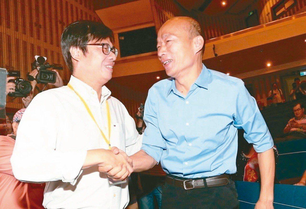 民進黨高雄市長參選人陳其邁(左)今天表示,國民黨高雄市長參選人韓國瑜(右)指要讓...