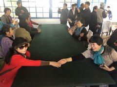 北韓美女實習生當地陪 追著遊客好奇問