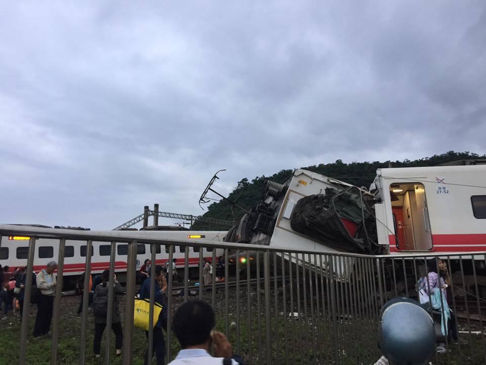 台鐵普悠瑪6432次今天16點50分於東山至蘇新間東正線發生出軌事故。圖擷取自臉...