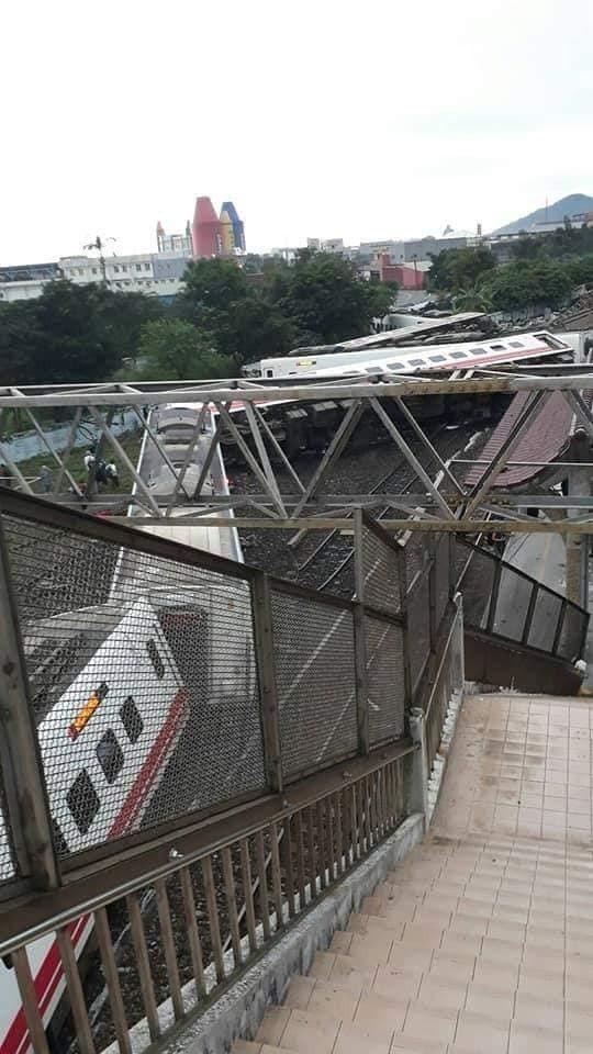 宜蘭蘇澳新站發生普悠瑪列車翻覆。圖擷取自爆料公社