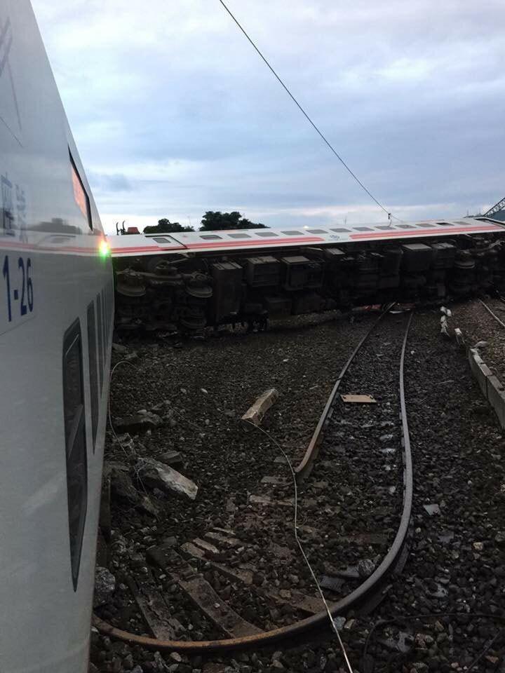 宜蘭蘇澳新站發生普悠瑪列車翻覆。圖擷取自ptt