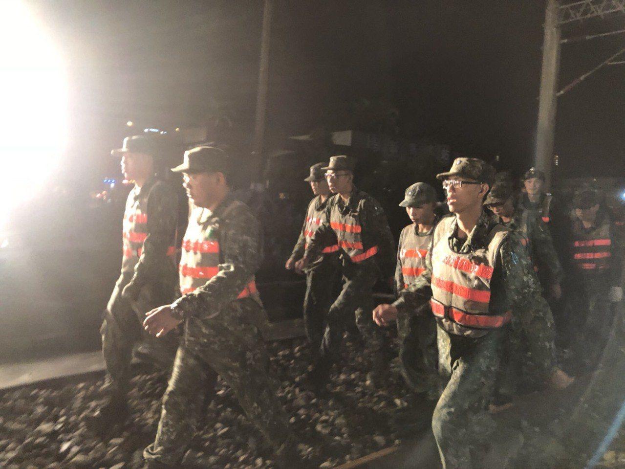 國軍赴出軌現場搶救照。照片/國防部提供