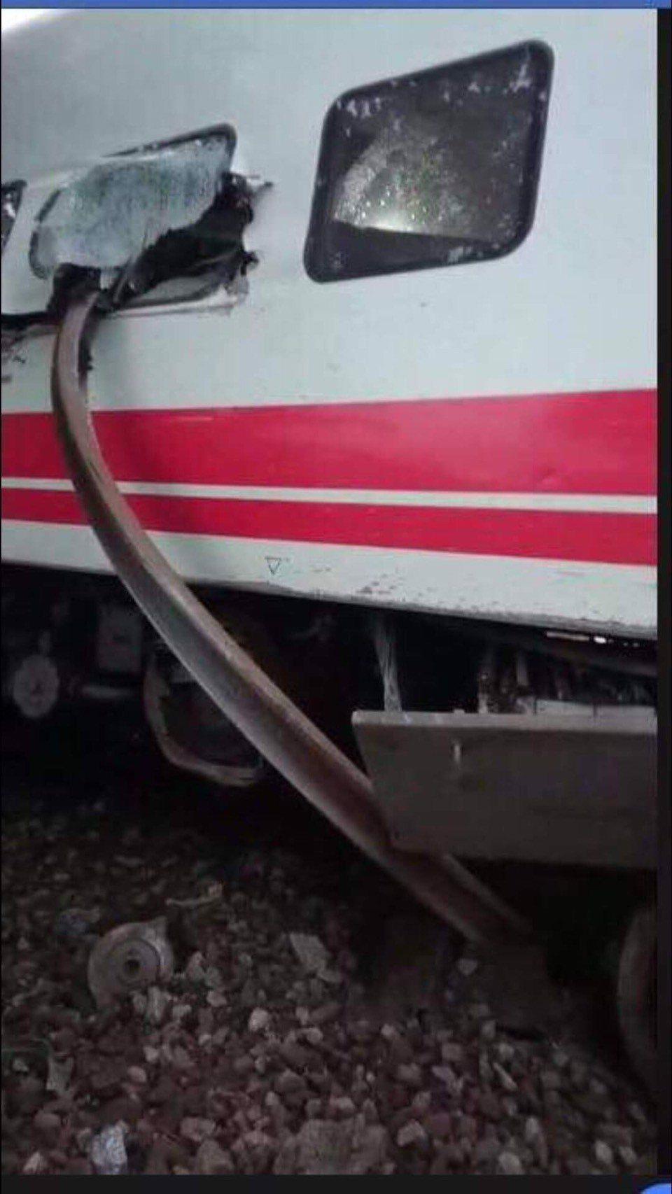 鐵軌貫穿車廂。圖/讀者提供