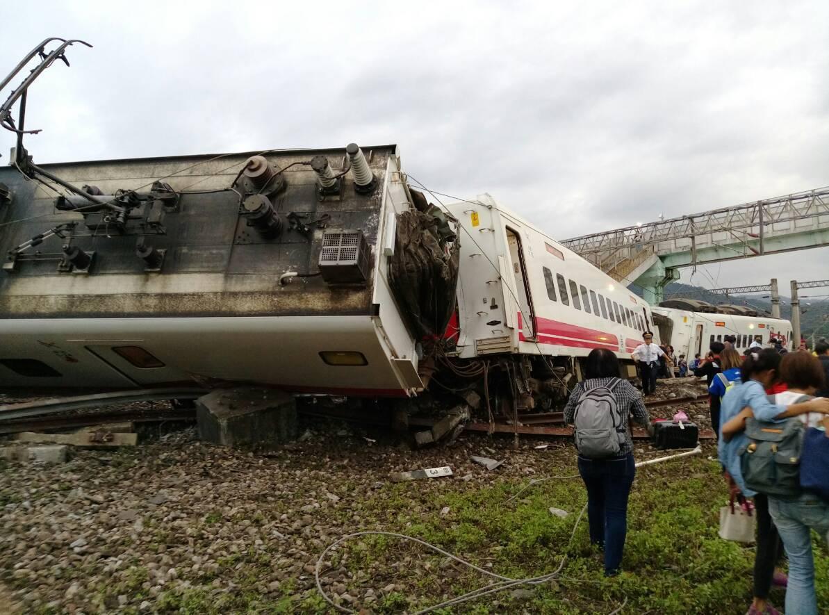 宜蘭蘇澳新站發生普悠瑪列車翻覆。圖/讀者提供