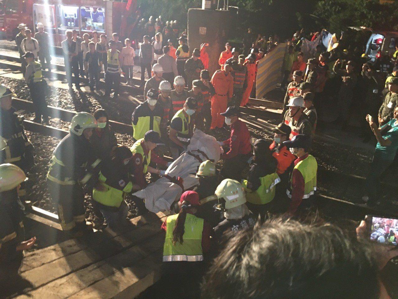 台鐵與宜蘭縣府動員大量人力,在新馬車站救援傷患。記者李隆揆/攝影