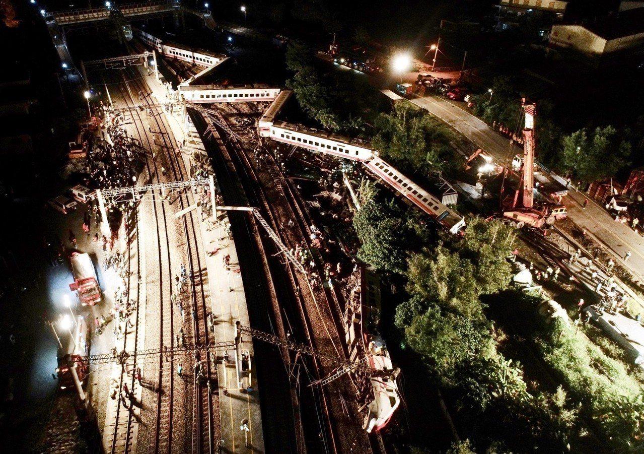 台鐵普悠馬號傍晚在宜蘭路段出軌。記者許正宏/攝影