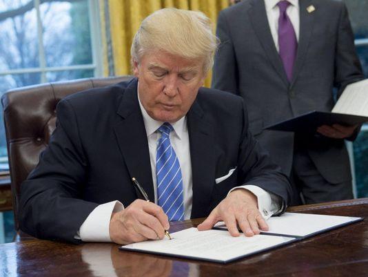川普簽署行政命令退出跨太平洋夥伴協定。(法新社)