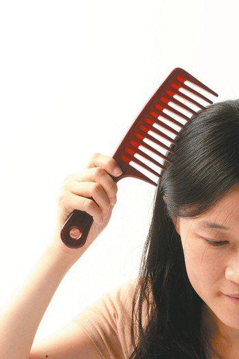 許多人擔心,頭皮出油愈多,頭髮會掉得更厲害,但事實上,皮脂腺分泌旺盛與否,與掉髮...