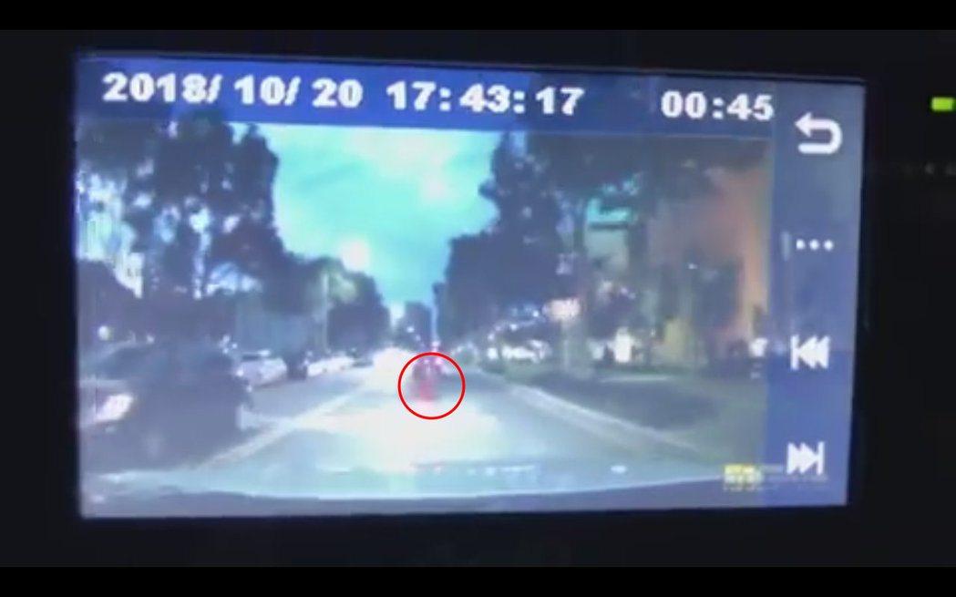 阿緯的行車記錄器拍下差點撞到一位紅衣小女孩。 圖/擷自阿緯臉書