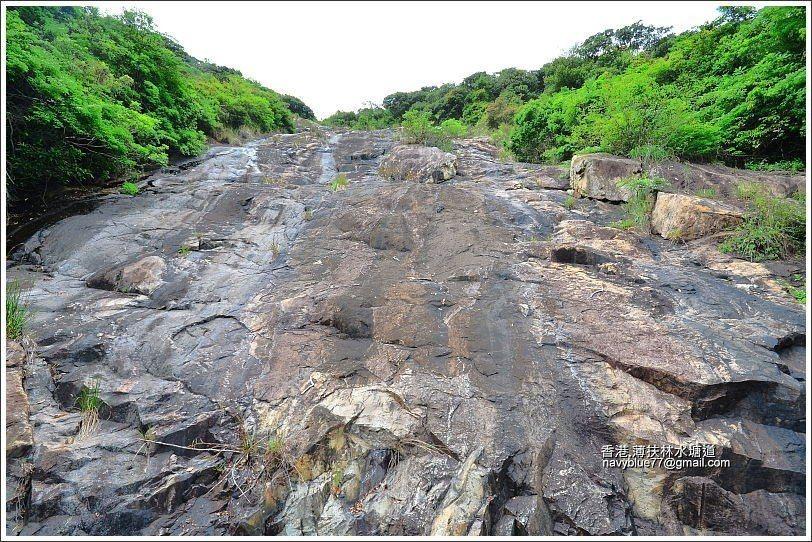 雨季時應該是一座很漂亮的瀑布,旱季時則是大石壁。