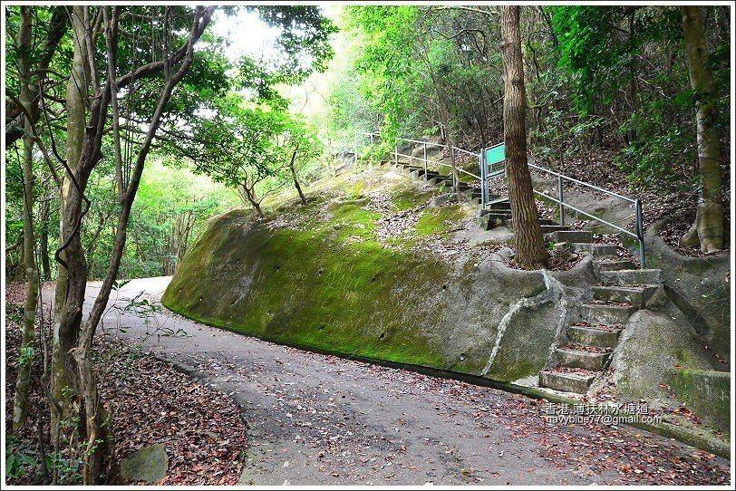 步道全程其實都是柏油產道,所以很好走。有時山坡會有整治維修通道,禁止進入。