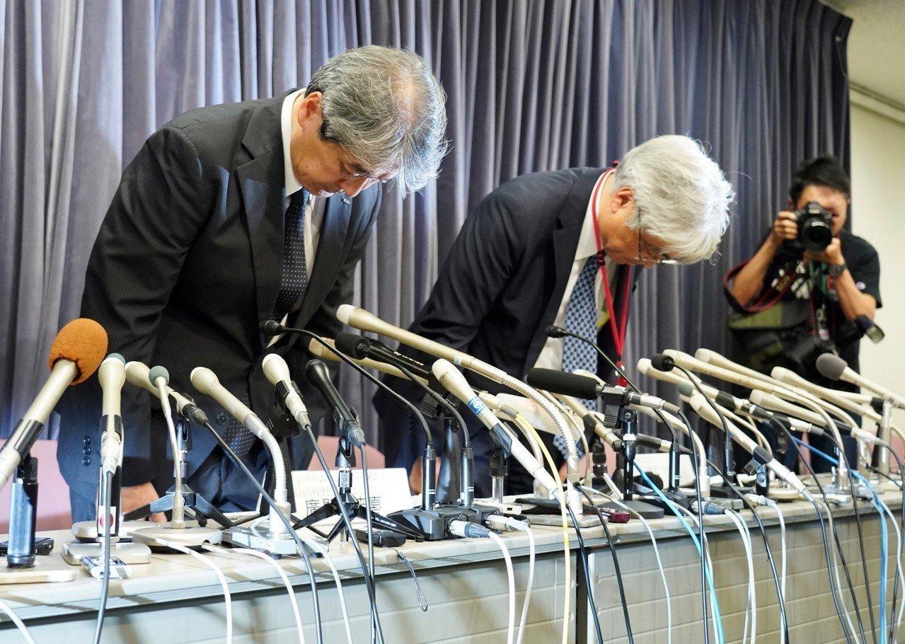 日本避震器大廠KYB高層19日召開記者會,為竄改抗震數據道歉。 歐新社