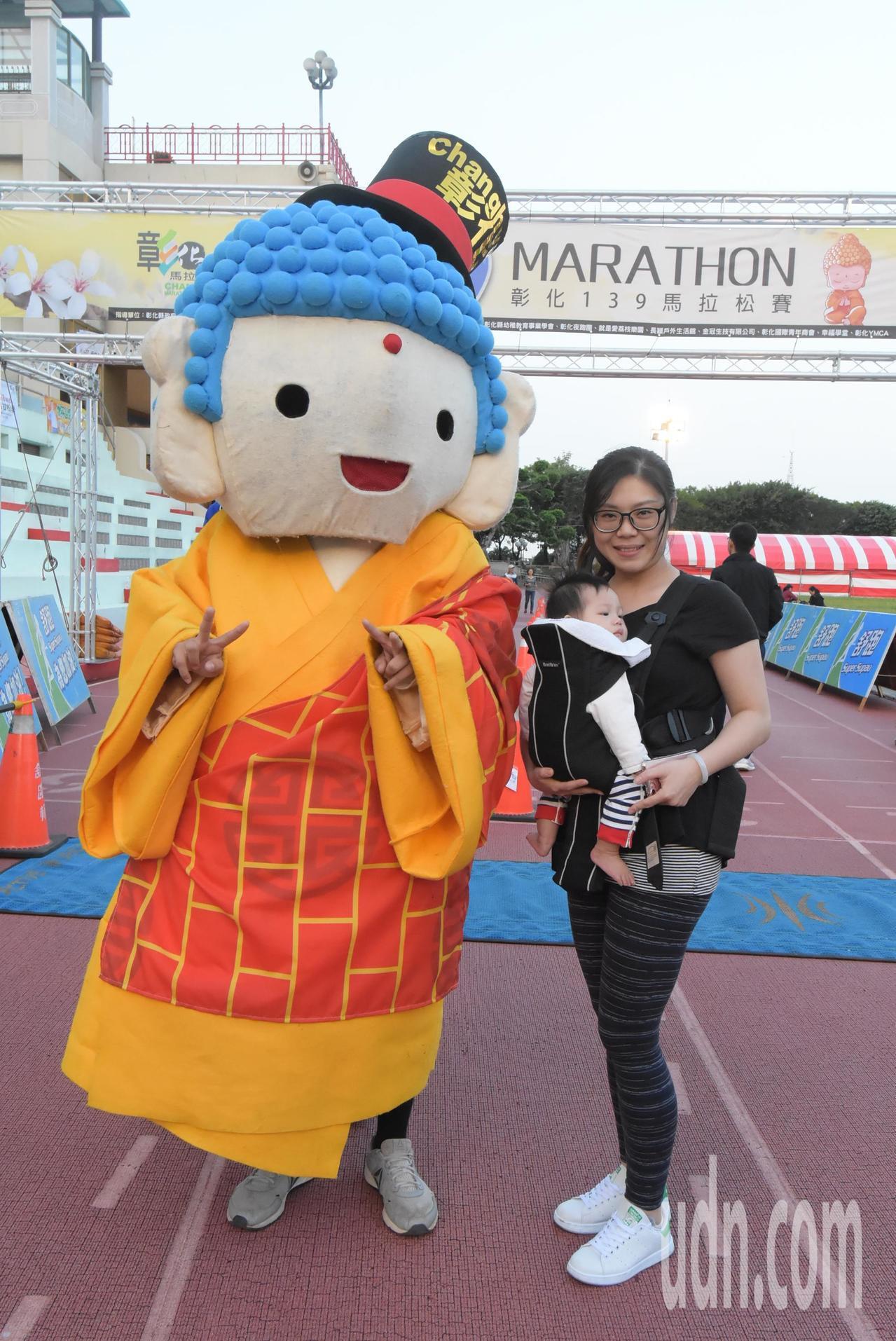 彰化縣政府舉辦的馬拉松季首場比賽「彰化139馬拉松」,也有媽媽背著小嬰兒參加。記...