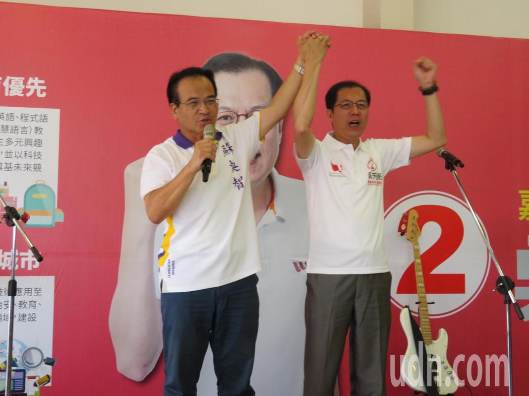 無黨籍台南市長候選人蘇煥智(左)力挺參選下屆嘉義縣長的前副縣長吳芳銘(右)。記者...