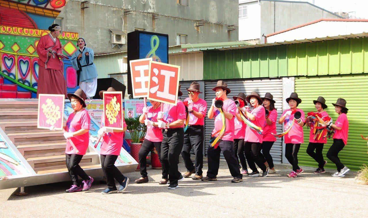 靜宜大學在台中海線社區舉辦超有趣的「長青生活節」慶典活動,長者擊太鼓舞、歌舞劇、...