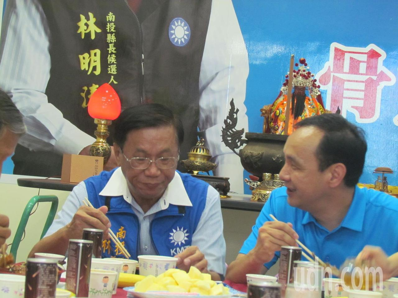 新北市長朱立倫(右)到南投縣長林明溱競選總部,進行一場便當會。記者張家樂/攝影