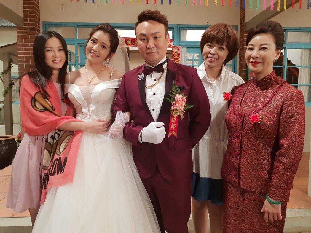 郭亞棠(左二)白紗露美胸,讓演員楚宣(左起)、紅毛、王瞳、楊繡惠眼睛大吃冰淇淋。