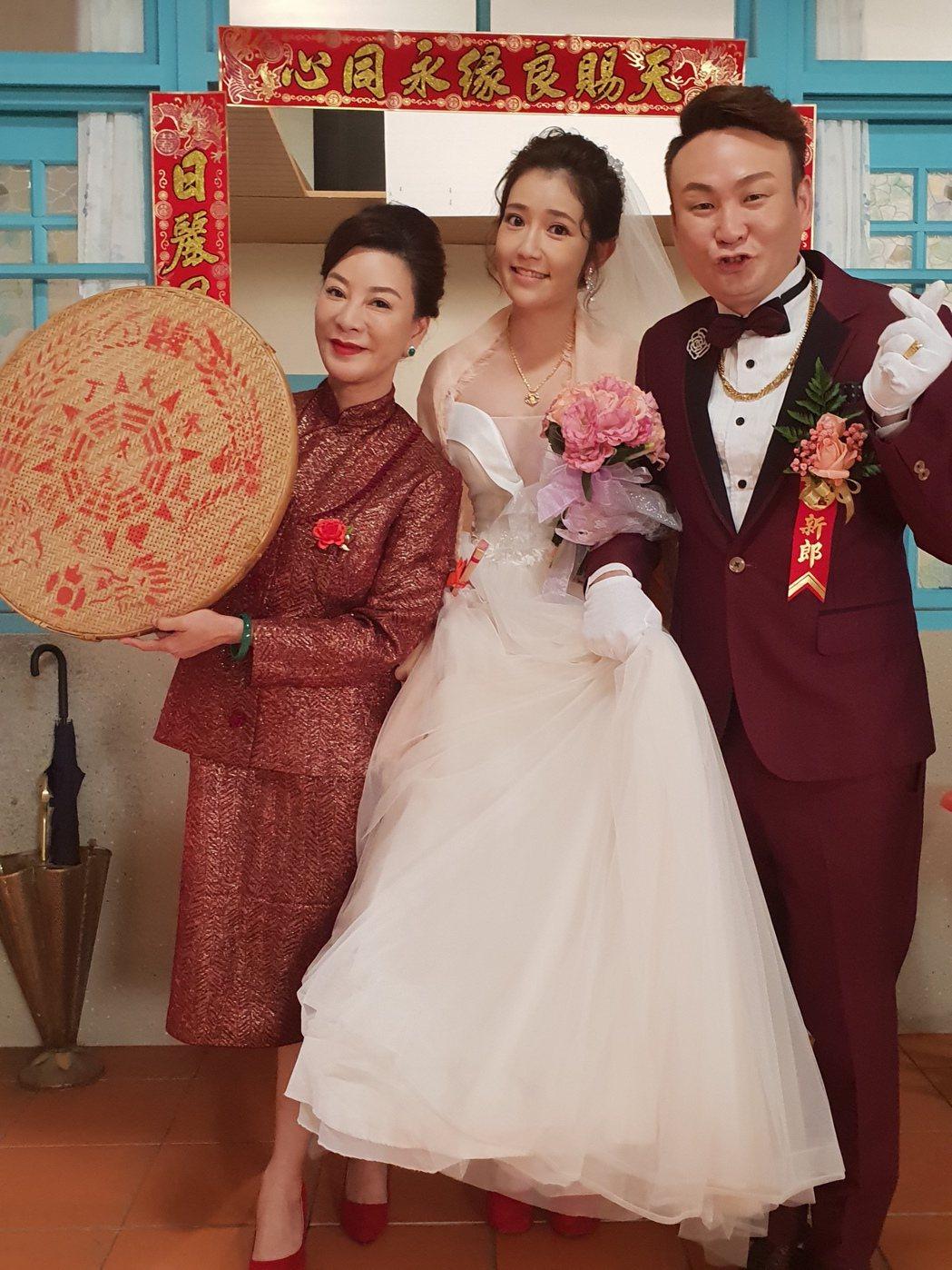 「大時代」演員楊繡惠(左起)演出萬年媒人婆,郭亞棠、紅毛拍結婚戲。圖/民視提供