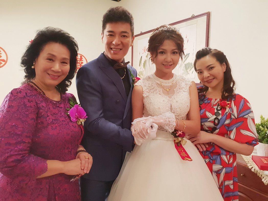 洪瑞霞(左起)、成潤、謝京穎、張可昀拍攝結婚戲。圖/民視提供