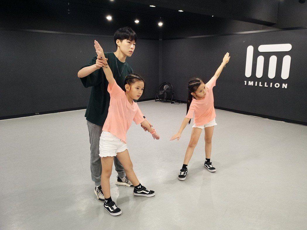 舞蹈老師讚左左右右,想要在韓國培養她們。圖/新視麗娛樂提供