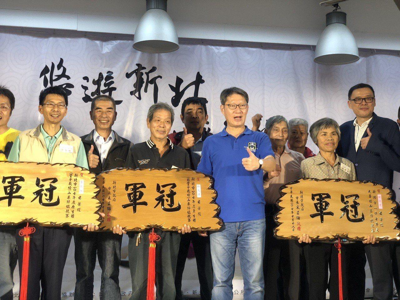 葉副市長頒獎給各組山藥冠軍。圖/新北農業局提供