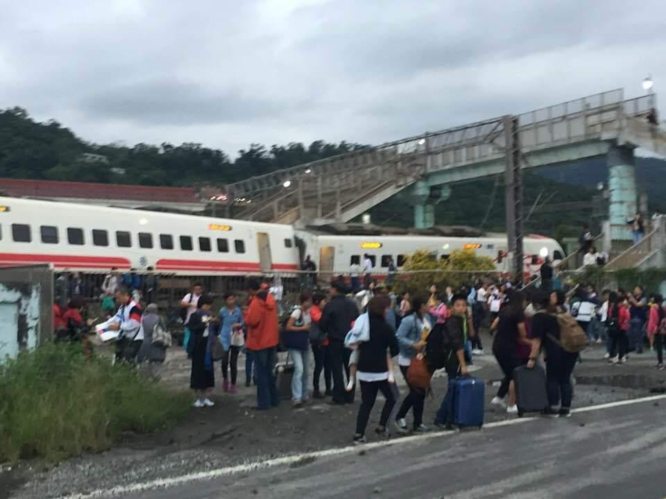 宜蘭蘇澳新站發生普悠瑪列車翻覆,多節車廂旅客受困。圖/陳志明提供