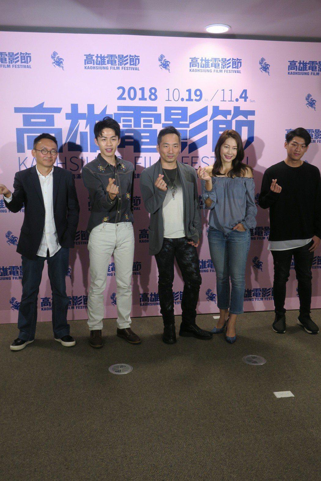「幸福城市」導演何蔚庭(左起)及主要演員李鴻其、石頭、丁寧、謝章穎一起出席高雄電...