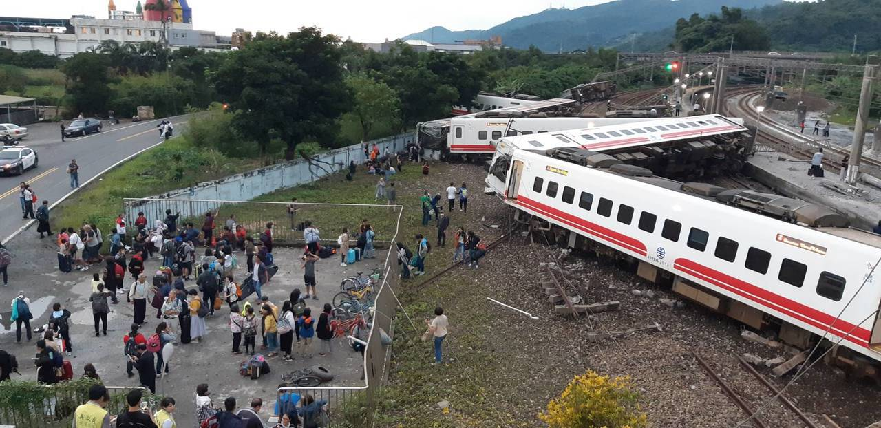 蘇澳新站普悠瑪列車翻覆意外,20多人受傷送醫雙線受阻。圖/讀者提供