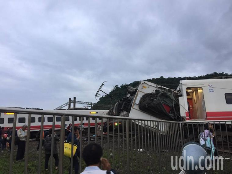 台鐵普悠瑪6432次今天16點50分於東山至蘇新間東正線發生出軌事故。 圖擷取自...