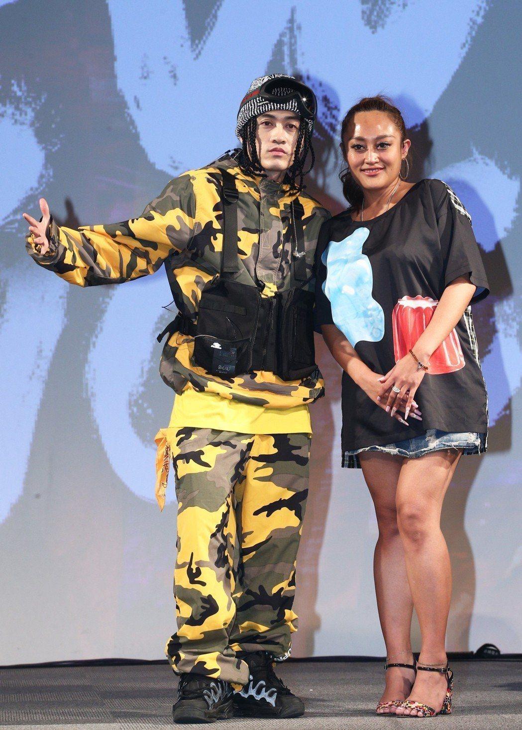 嘻哈金童BCW(左)舉行《NO COMPLY》專輯與演唱會媒體見面記者會,與來賓