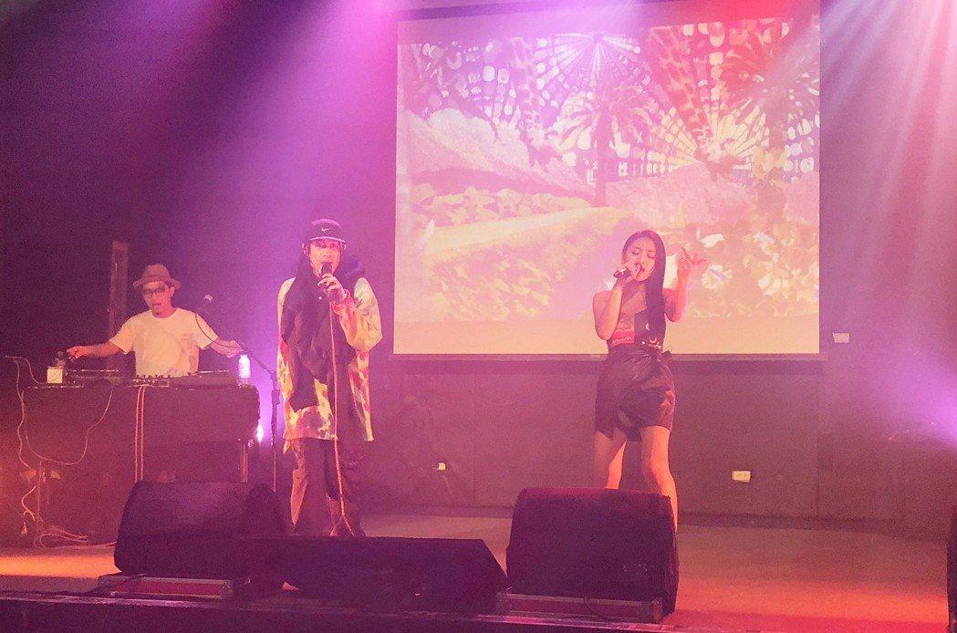 BCW近來推出新歌「東岸」,高雄站演唱找來葉瑋庭(右)。圖/混血兒娛樂提供