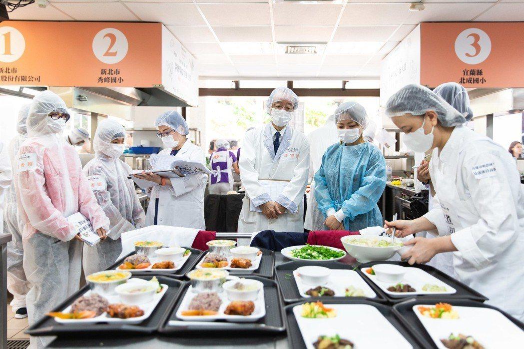 第一屆臺灣學校午餐大賽昨登場,全台12組國中小團膳廚師、營養師,挑戰在每人食材費...