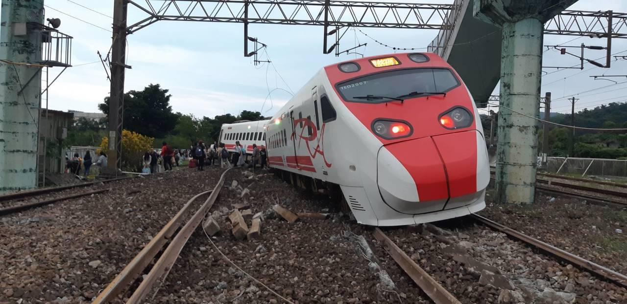 台鐵普悠瑪6432次出軌翻覆現場畫面。圖/陳姓旅客提供