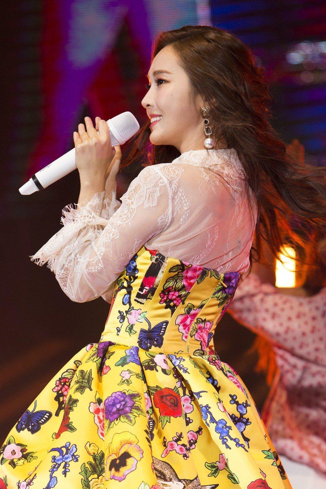 潔西卡穿著一身花俏洋裝開唱。圖/日出娛樂提供