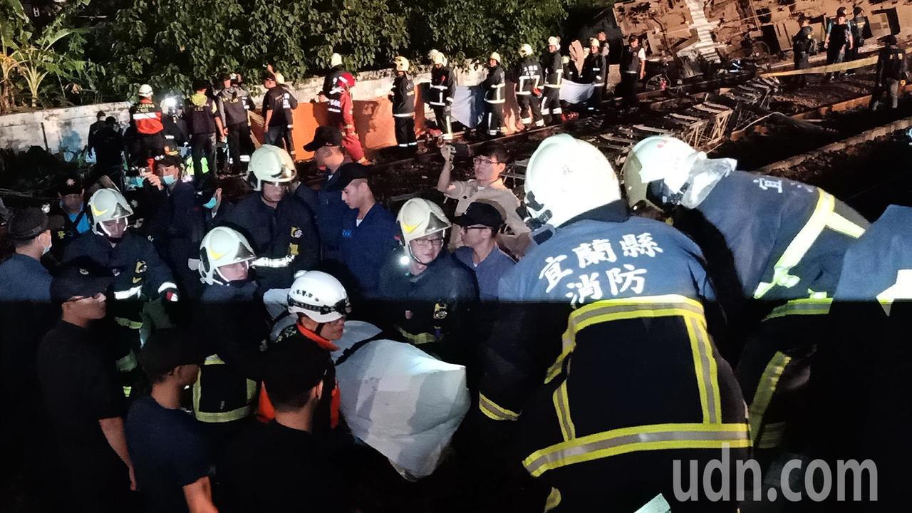 警方及消防員開始運送遺體。記者廖炳棋/攝影