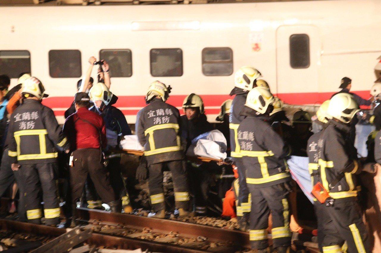 台鐵蘇澳新馬站發生一起重大事故,一輛普悠瑪往花蓮方向,在蘇澳新馬站發生翻覆意外,...