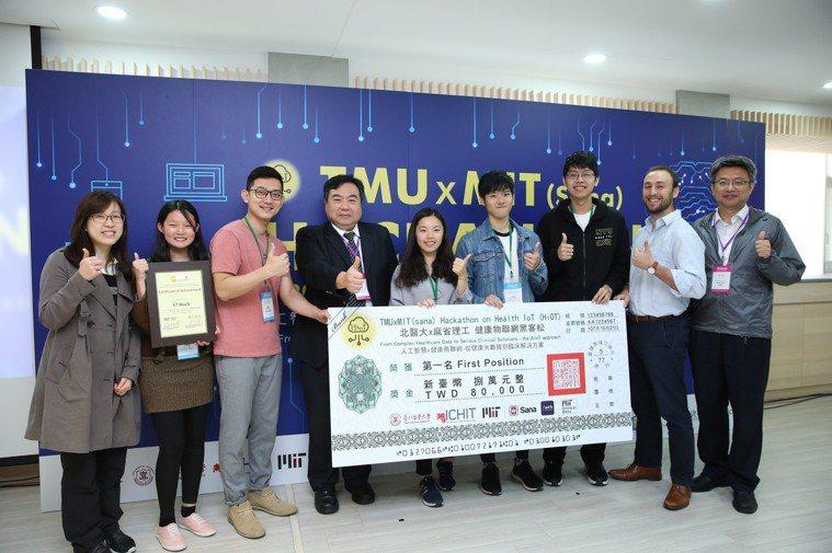 台北醫學大學與美國麻省理工學院(MIT)合辦黑客松競賽,今年奪得冠軍的團隊「17...