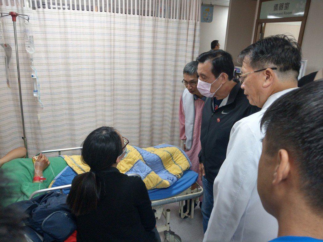 台鐵普悠瑪發生翻覆意外,前總統馬英九(右三)火速趕到博愛醫院探望傷者。 圖/聯合...