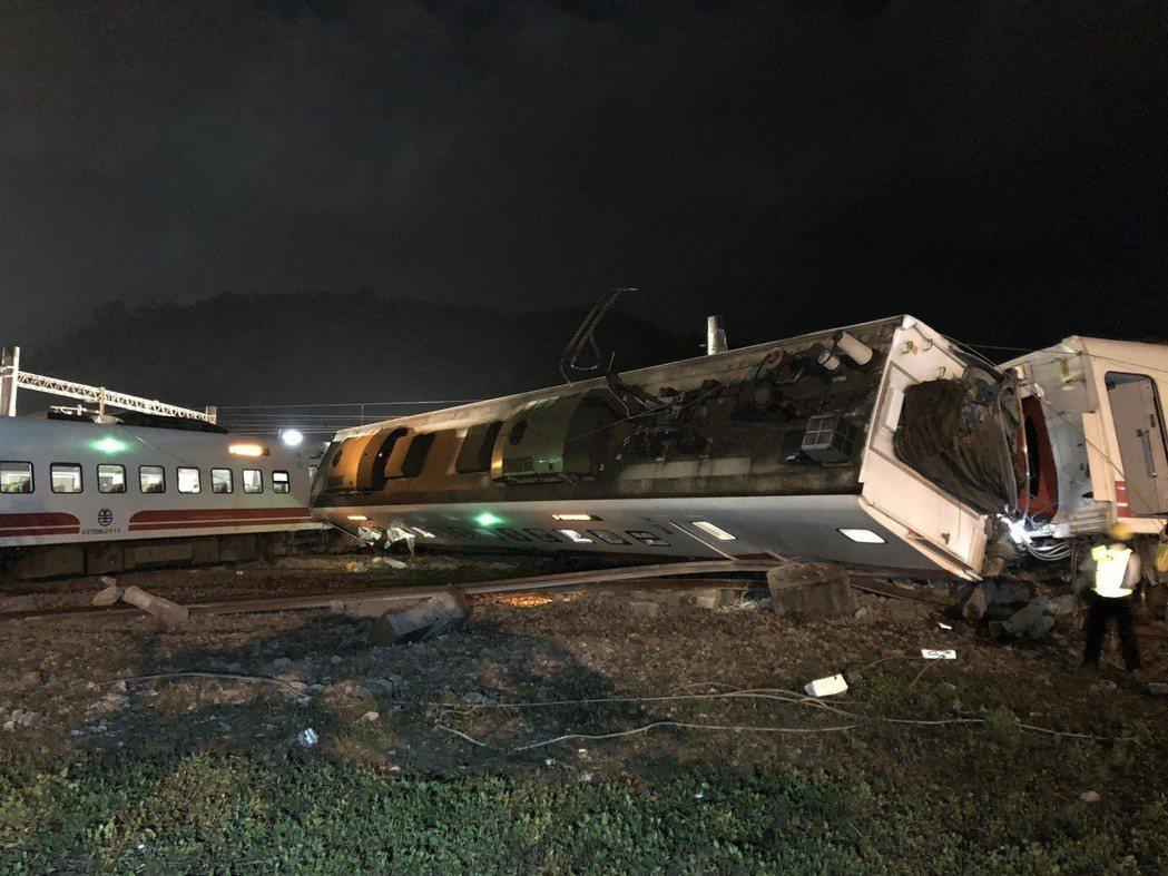 台鐵6422次普悠瑪今天下午4點50分在冬山至蘇澳路段間翻覆,已知有22人死亡。...