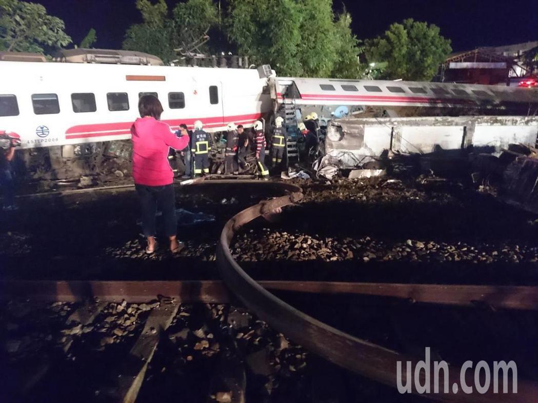 普悠瑪翻覆,現場人員全力搜救受傷者。 記者羅建旺/攝影