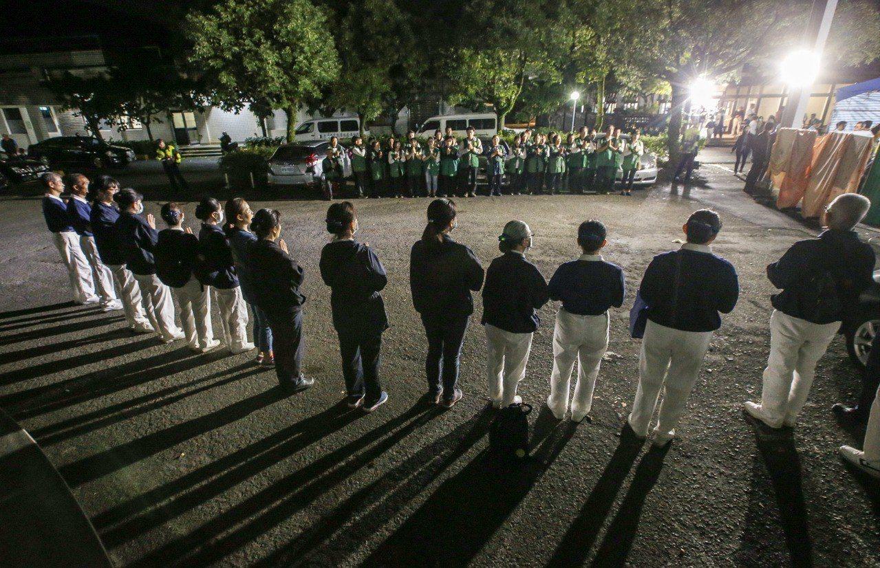 普悠瑪出軌事件往生者,暫時被集中在蘇澳榮民醫院外,等候檢察官相驗,宗教團體在會場...