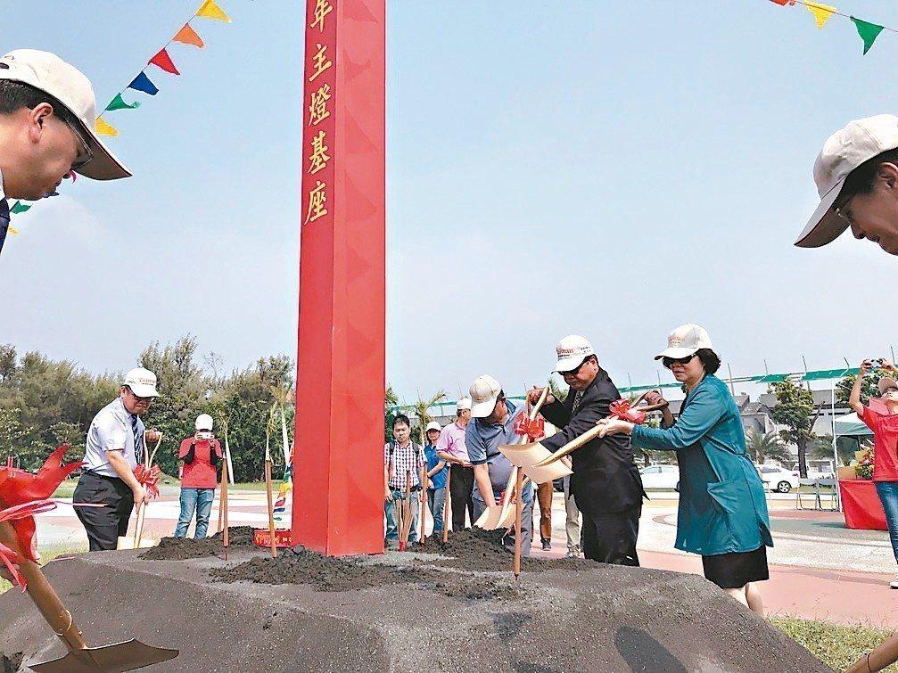 明年台灣燈會將在屏東縣舉辦,大鵬灣主燈區昨天中午進行動土典禮。 記者蔣繼平/攝影