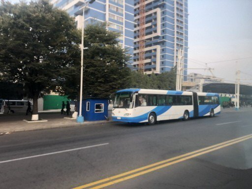 平壤市區主要交通工具為輕軌與公車。 記者侯俐安/攝影