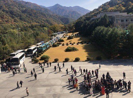 妙香山的「國際友誼展覽館」前大批遊客必須排隊進入。 記者侯俐安/攝影