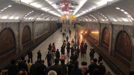 平壤地鐵深達100米,全長35公里、共有17個站,每天有40萬人利用地鐵上、下班...