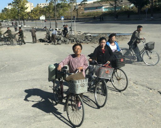 北韓居民常見騎乘自行車來往。 記者侯俐安/攝影