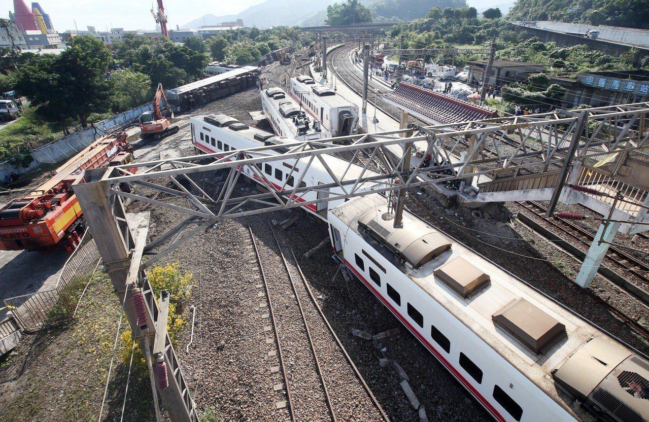 台鐵普悠瑪列車高速行駛撞擊新馬車站月台後出軌造成嚴重傷亡。 記者杜建重/攝影