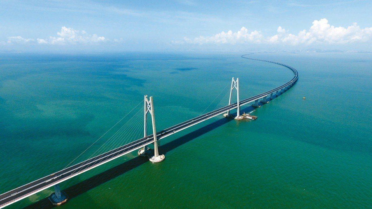 港珠澳跨海大橋總長55公里,創下世界最長跨海大橋的紀錄。 報系資料照片